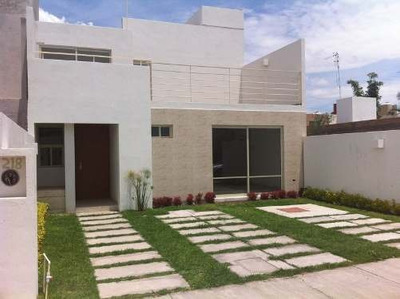 Venta De Casa En Villa De Pozos, San Luis Potosí, En El Fracc. Orquidea, Distribuida En Dos Niveles, En El Primer Nivel Cuenta Con Espacio Muy Grande Para Jardín En La Parte De Atrás, Dos Cocheras, R